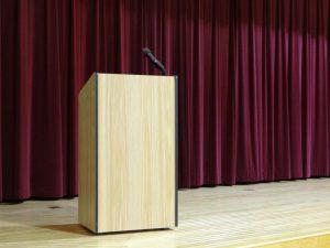 Vorhang und Rednerpult