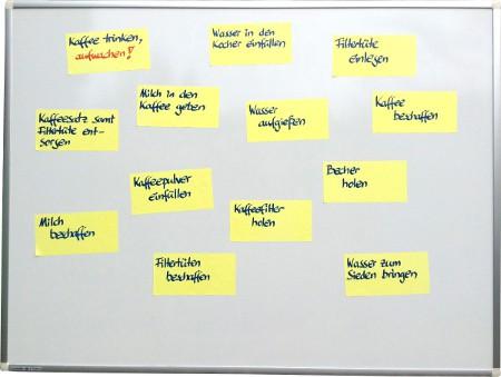 Whiteboard-Projektmanagement - Arbeitspakete auf Haftnotizen sammeln